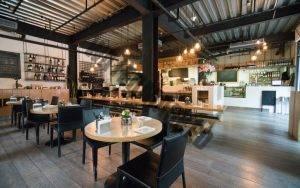 kombinasi meja kecil dan besar dalam BagaimanaTata Ruang Atau Layout RestoranYang Baik